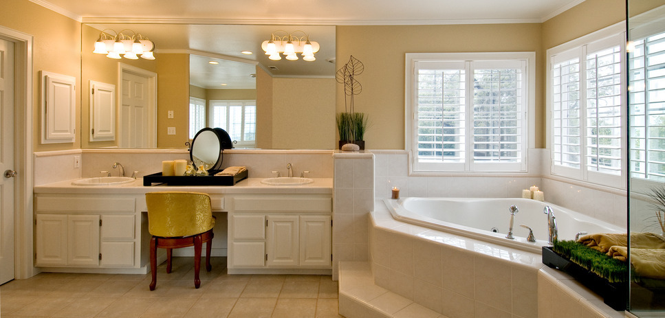 bathroom with large mirror and vanity lights - Bathroom Vanity Lighting